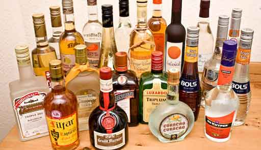 Спиртное много на столе